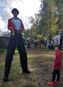 Mr-Jules-Big-Cwtch-2019-stilts