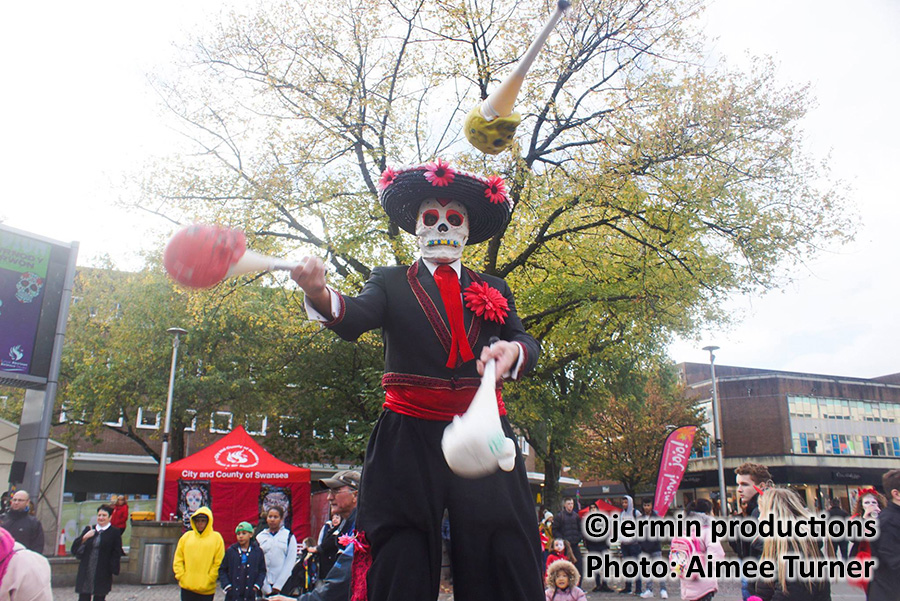 Mr-Jules-Day-of-the-Dead-juggling-skull-clubs-copyright-jermin-productions